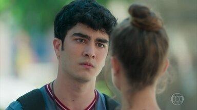 Hugo confessa a Verena que não consegue controlar seus ciúmes - Ela questiona se o namorado está querendo terminar o relacionamento