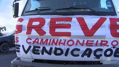 Caminhoneiros voltam a fazer protesto nas principais rodovias da Bahia - Eles reivindicam a redução no valor do óleo diesel. Após a pressão a Petrobras anunciou mudanças no valor dos combustíveis nas refinarias a partir desta quarta-feira (23).