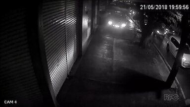 Câmeras de segurança flagram perseguição cinematográfica nas ruas de Maringá - Imagens mostram o momento em que uma caminhonete sobe na calçada para tentar fugir da polícia.