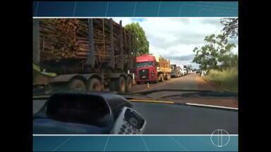 Congestionamento provocado por protestos de caminhoneiros em Turmalina gera briga - Segundo a Polícia Militar, o condutor de um carro que escoltava carga de perecíveis ameaçou manifestantes; ninguém foi preso.