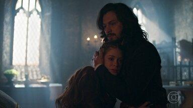 Amália confessa a Afonso que tem medo de Dom Bartolomeu - A plebeia se preocupa com as profecias da Mandingueira e é consolada pelo marido