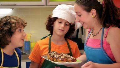 Bolo de Cenoura com Ganache - Luísa desafia Edu e Luigi a adivinharem o prato do dia com duas dicas: um dos ingredientes principais é um legume e a receita é um doce. Os meninos descobrem que vão fazer bolo de cenoura com ganache.