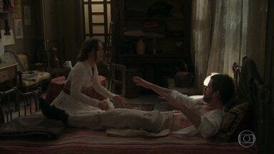 Elisabeta e Ernesto cuidam de Camilo - Camilo conta que foi assaltado