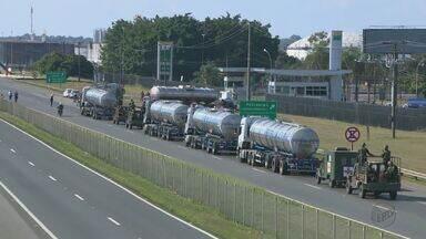 Exército faz escolta de combustível na refinaria de Paulínea - Soldados fizeram a segurança de caminhões que foram carregar combustíveis para o aeroporto de Viracopos.