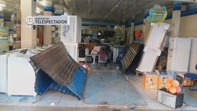 Gangue da marcha à ré arromba loja em Sobradinho - Bandidos usaram um carro para derrubar as portas da entrada da loja, na madrugada de domingo (27). A quadrilha encheu o veículo de eletrodomésticos. Depois da ação, a loja ficou revirada.