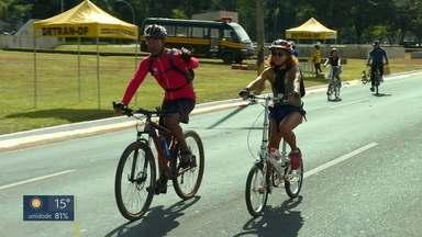 Evento no Eixão incentiva uso de bicicleta - Três universidades e várias ONGs se mobilizaram para conscientizar brasiliense sobre uso de meios de transportes alternativos.
