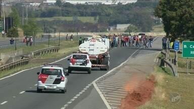 Manifestantes param caminhões escoltados na Replan em Paulínia - Caminhoneiros continuam parados na Rodovia Zeferino Vaz. Protestos são registrados nas rodovias da região.