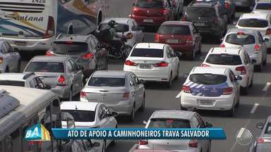 Manifestação de apoio à greve de caminhoneiros causa engarrafamento na capital baiana - Protesto começou no início e foi até o fim da tarde.