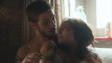 Rosa e Ícaro se amam - A moça teme a reação de Laureta caso descubra o envolvimento dos dois