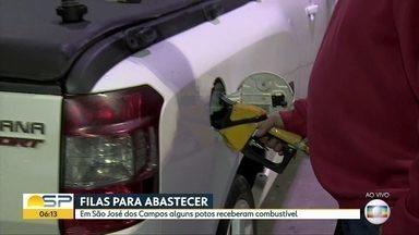 À espera de gasolina - Motoristas passam a noite na fila para abastecer em São José dos Campos.