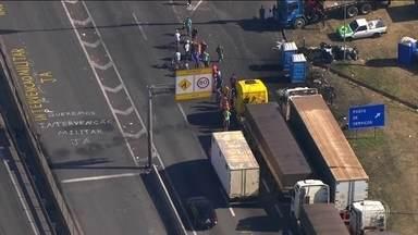 Representantes de caminhoneiros relatam ameaças aos que tentam sair - Ministro da Segurança disse que as coações a caminhoneiros estão sendo investigadas e serão punidas e criticou distribuidoras de combustível.