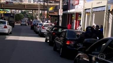 Motoristas ainda enfrentam longas filas nos postos para abastecer - No Rio, 15% dos postos estão sendo reabastecidos; na Grande São Paulo, 12%. Situação só deve se normalizar na semana que vem.