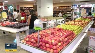 Abastecimento de alimentos começa a ser normalizado - Para garantir o abastecimento, o Ceasa vai abrir neste feriado (31). Abastecimento de frutas, legumes e hortaliças começa a chegar na central de abastecimento.