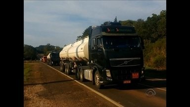17 caminhões-tanque saem escoltados pela Brigada Militar em Santiago - Eles viajam para Ijuí para serem abastecidos e depois distribuírem combustível nos postos de Santiago.