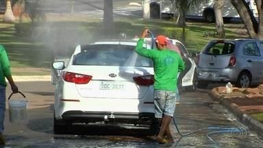 Jornal Anhanguera acompanha rotina de trabalho de lavadores de carros nas ruas de Goiânia - Lei Federal proíbe atividade nas ruas do país.