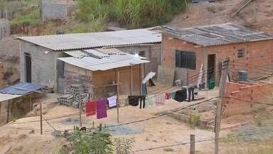 Polícia retira famílias de área particular invadida em Araçariguama - Cerca de 200 famílias foram retiradas de uma área particular invadida, em Araçariguama (SP), na manhã desta terça-feira (5). A Polícia Militar cumpriu a ordem da Justiça e a saída dos moradores foi tranquila.