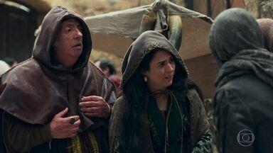 Lucrécia fica preocupada com o desaparecimento de Rodolfo - Heráclito tenta acalmar Lucrécia
