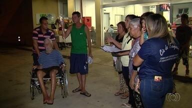 Idoso espera há duas semanas por cirurgia vascular, em Goiânia - Ele tem 96 anos. Netos estão preocupados, porque ele corre risco de perder uma das pernas.