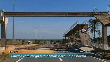 Vídeo mostra caminhão derrubando passarela na BR-060, em Indiara - Carga estava acima da altura permitida e destruiu a estrutura.