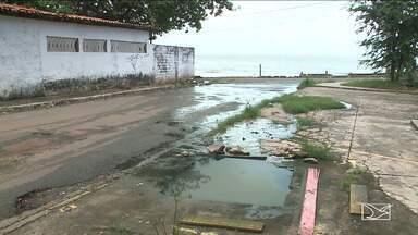 Problemas de infraestrutura em praia de São Luís incomoda população - O local é considerado um dos mais bonitos da capital, mas quem frequenta a praia reclamam dos problemas de infraestrutura no calçadão.