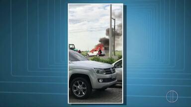 Carro pega fogo na manhã desta quarta na BR-101, em Campos, no RJ - Assista a seguir.