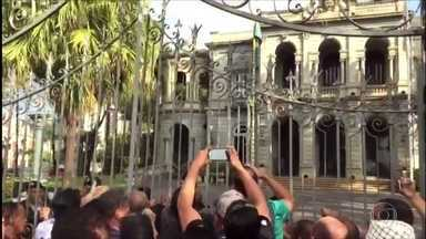 Policiais, bombeiros e agentes penitenciários desocupam a sede do governo de Minas - Servidores receberam uma ordem de reintegração de posse e deixaram o palácio da liberdade.