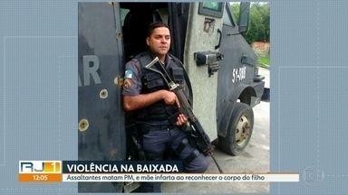 Mãe de PM infarta e morre ao ver o filho morto - Um policial militar morreu em um assalto em Duque de Caxias. Ao ver o corpo de filho, a mãe do agente não resistiu, teve um infarto e morreu. Com esta morte, subiu para 54 o número de policiais assassinados no estado do Rio de Janeiro.