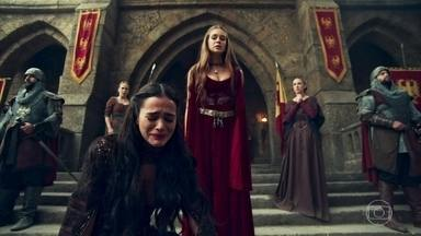 Amália expulsa Catarina na frente do Reino de Montemor - Ela joga a rainha de Artena no chão