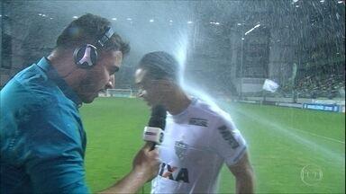 """Ricardo Oliveira leva um """"banho"""" durante entrevista - Ricardo Oliveira leva um """"banho"""" durante entrevista"""