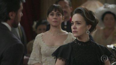 Julieta confronta Xavier no baile - Aurélio e Brandão defendem a Rainha do Café. Susana convence Xavier a ir embora