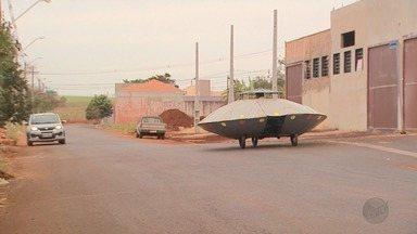Inventor de Sertãozinho, SP, surpreende moradores com 'disco voador' - Veículo tem motor de uma motocicleta.
