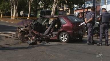 Dois acidentes interditam vias e deixam feridos em Campinas - Motorista atingiu radar na avenida Francisco de Paula Souza. Em outro, duas pessoas tiveram ferimentos graves após carro bater em poste no bairro Jardim das Oliveiras.