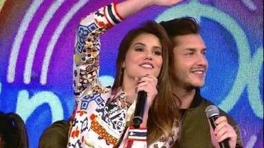 Camila Queiroz e Klebber Toledo acertam a campainha n[umero dois - Campainha toca musica 'Só Love' do cantor Buchecha