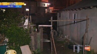 Incêndio deixa casas destruídas no Jardim Atlântico, em Florianópolis - Incêndio deixa casas destruídas no Jardim Atlântico, em Florianópolis