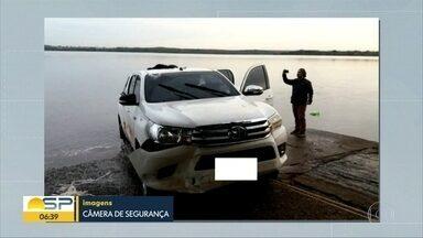 Motorista joga carro, carregado com maconha, no rio Paraná - Uma tonelada da droga vinha do Mato Grosso do Sul. Traficante conseguiu fugir.