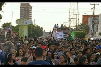 """A """"Marcha para jesus"""" levou mais de 15 mil pessoas pelas ruas da cidade - Um percurso de quase seis quilômetros de caminhada."""