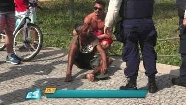 Homem quebra cadeado de bicicleta, tenta fugir e é detido por pedestres, em Camburi - A Guarda Municipal disse que o suspeito foi flagrado na hora e contido por quem passava no calçadão. A Guarda, então, foi acionada e levou o homem para a delegacia.