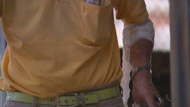 Casal é preso após amarrar e queimar idoso com cigarro durante assalto em Marília - Um idoso de 80 anos foi vítima de um roubo durante a madrugada de segunda-feira (11) em Marília (SP). De acordo com a polícia, um casal de criminosos invadiu a casa, que fica na zona norte da cidade, amarraram, agrediram e queimaram o idoso com cigarro.