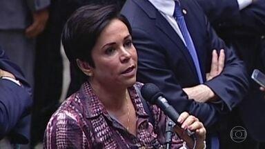 Cristiane Brasil é investigada em ação contra fraudes em registros sindicais - A deputada federal Cristiane Brasil (PTB-RJ), é alvo de uma operação da Polícia Federal na manhã desta terça-feira (12). É a segunda fase de uma ação contra fraudes em registros sindicais no Ministério do Trabalho.