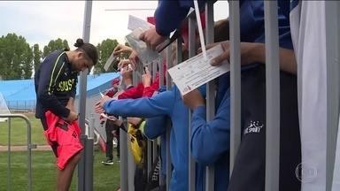 Jogadores suíços se surpreendem com carinho da torcida em treino - Suíça é a adversária do Brasil no primeiro jogo; o técnico diz que vai manter a estratégia em segredo e que a Suíça não está com medo.
