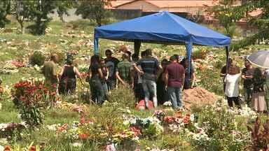 Radialista Osvaldo Leite é sepultado em São Luís - Sepultado há pouco em São Luís, o corpo de Osvaldo Leite, o surfista.