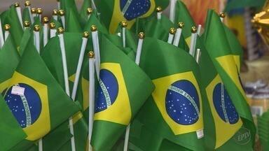 Comerciantes esperam alavancar vendas com a Copa do Mundo 2018 - Produtos com cores e símbolos do Brasil são os mais procurados nessa época.