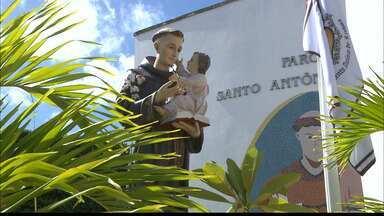 Devotos de Santo Antônio contam histórias e fazem pedidos neste dia 13 de junho - Muitos fiéis vão até a igreja no dia de Santa Antonio.