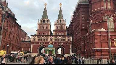 #PARTIURUSSIA: russos comemoram feriado em Moscou - Praça Vermelha é fechada por policiais.