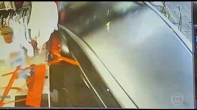 Duas pessoas ficam feridas em atropelamento no centro de São Paulo - O carro invadiu a calçada. O motorista disse que perdeu o controle porque se confundiu com câmbio automático.