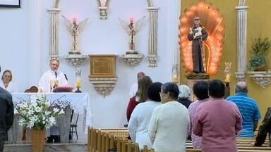 Fiéis católicos celebram Dia de Santo Antônio - Santo é conhecido como casamenteiro.