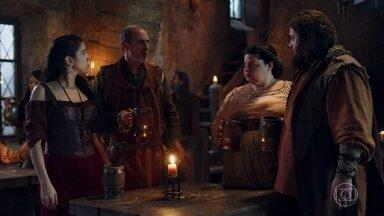 Lucíola espalha que a união de Catarina e Afonso seria benéfica para o povo - Hugo fica pensativo e concorda com a dama de companhia