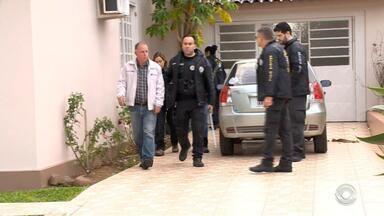 Vice-prefeito de Agudo é preso em operação que investiga organização criminosa - Além dele, outras seis pessoas foram presas no âmbito da Operação Fogo Fátuo na manhã desta quarta-feira (13). Moises Carlos Kilian (MDB) disse 'estar tranquilo e à disposição da justiça'.