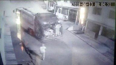 Caminhão que recolhe lixo em Cachoeiro de Itapemirim se envolve em acidente - Empresa responsável garantiu que dono de imóvel atingido vai ser ressarcido.