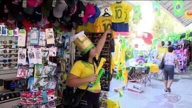 Copa do Mundo se transforma em oportunidade de renda para ambulantes no Sul do ES - Crise econômica levou 10 mil pessoas a trabalharem nas ruas do ES como ambulantes.